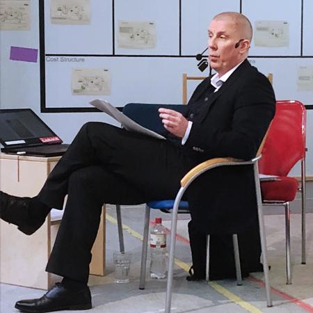 Dr. Michael Kamp bei einem Vortrag über die Firmengeschichte des Gesundheitskonzerns Fresenius.